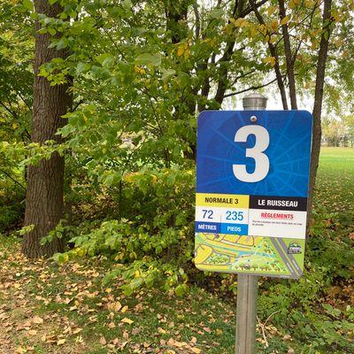 Départ #3, panier à gauche plus loin sur le terrain de l'autre côté du ruisseau